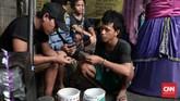 Kini, Ondel-Ondel kerap ditemui di jalanan. Umumnya, Ondel-Ondel diarak pengamen secara berkelompok. Salah satunya adalah kelompok pengamen Budi yang berasal dari daerah Senen. Mereka mulai berangkat mengamen sejak pukul5 pagi dari Senen berjalan ke daerah selatan Jakarta.