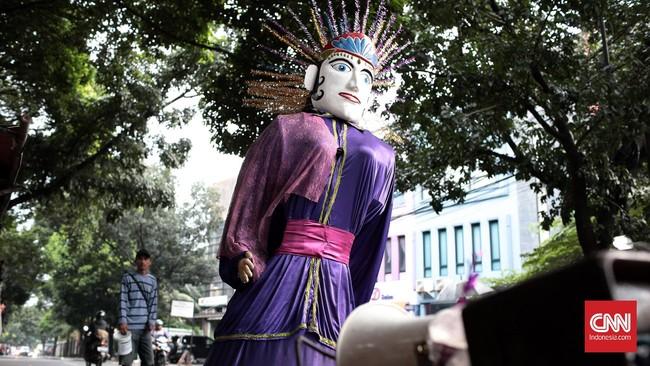 Boneka Ondel-ondel dibuat dari anyaman bambu dengan tinggi sekitar 2,5 meter dan diameter kurang lebih 80 cm. Dibuat sedemikian rupa agar orang yang memikul boneka tersebut leluasa. Rambutnya terbuat dari ijuk dan kertas warna-warni.