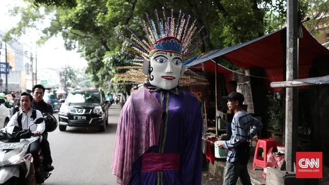Bukan hal mudah mengarak Ondel-Ondel berkeliling Jakarta. Ondel-Ondel dari kayu, punya berat sekitar 10 kilogram. Boneka besar dengan dekorasi meriah itu kemudian diarak dengan iringan musik khas Betawi yang dimainkan dengan alat musik seperti tehyan, kendang, knong, gong, dan kecrek.