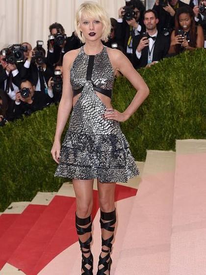 Penampilan Taylor Swift Pakai Kostum Deadpool Pinjaman Ryan Reynolds