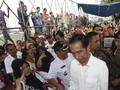 Sebelum Berlebaran di Padang, Jokowi Bagikan Sembako di Lebak