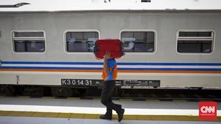 Kisah Kantong Tipis Portir saat Pemudik Riuh di Stasiun Senen