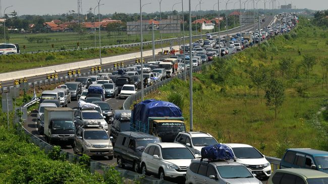 Banyak Mobil Pemudik Kehabisan BBM, Tol Pejagan Macet Total