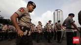 Petugas gabungan dari Polda Metro Jaya dan Polres Jakarta Pusat dikerahkan untuk mengamankan jalannya malam lebaran. (CNN Indonesia/Safir Makki)