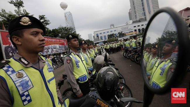 Sejumlah ruas jalan menjadi perhatian petugas kepolisian. Pengamanan dilakukan terkait kegiatan takbir keliling warga Jakarta. (CNN Indonesia/Safir Makki)