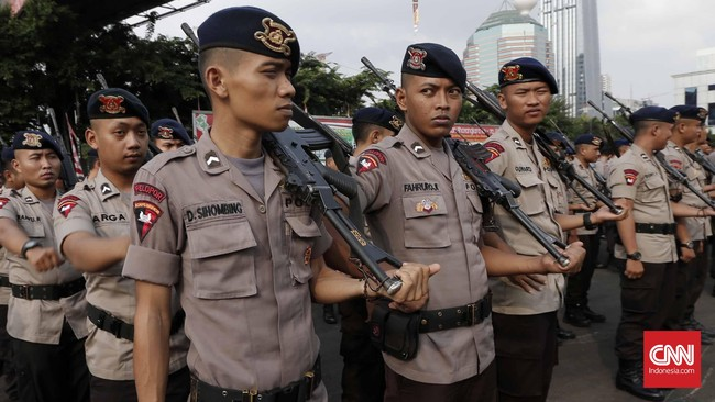 Sebagai bentuk antisipasi dan kewaspadaan tinggi pada serangan teror, personel yang bertugas juga dilengkapi dengan senjata api. (CNN Indonesia/Safir Makki)