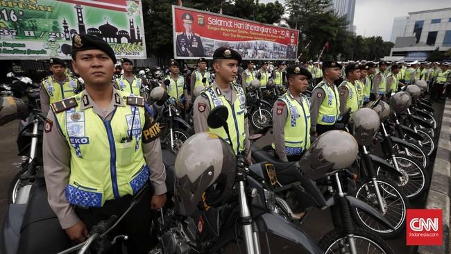 Polda Metro Jaya menggelar apel untuk mengamankan DKI Jakarta saat malam takbir. (CNN Indonesia/Safir Makki)
