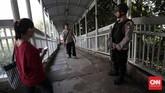 Terkait aksi teror di Solo, sejak siang petugas bersenjata lengkap sudah berjaga di sekitar Markas Polda Metro Jaya. (CNN Indonesia/Safir Makki)