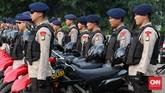 Selain mengawal peserta takbir keliling, petugas juga berfokus mengamakan beberapa objek vital. Dari mulai tempat ibadah, mal, hingga kedutaan. (CNN Indonesia/Safir Makki)