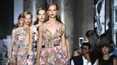 Desainer Elie Saab menghadirkan koleksi couturenya yang terinspirasi motif floral yang memikat. (Pascal Le Segretain/Getty Images)