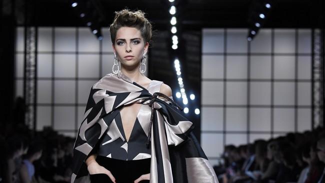 Seorang model memeragakan busana couture karya Giorgio Armani Prive Haute Couture Fall/Winter 2016-2017. Koleksi busana ini merupakan bagian dari Paris Fashion Week tanggal 5 Juli 2016 di Paris, Prancis. (Pascal Le Segretain/Getty Images)