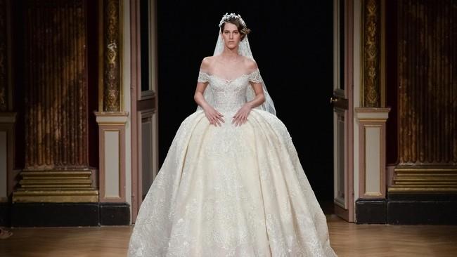 Ziad Nakad Haute Couture meluncurkan koleksi yang sedikit berbeda. Salah satu koleksinya merupakan koleksi busana pengantin klasik. (Francois Durand/Getty Images).