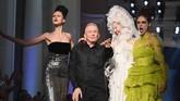 Anna Cleveland, Jean Paul Gaultier, Soo Joo Park dan Coco Rocha tampil di panggung Jean Paul Gaultier Haute Couture Fall/Winter 2016-2017. (Pascal Le Segretain/Getty Images).