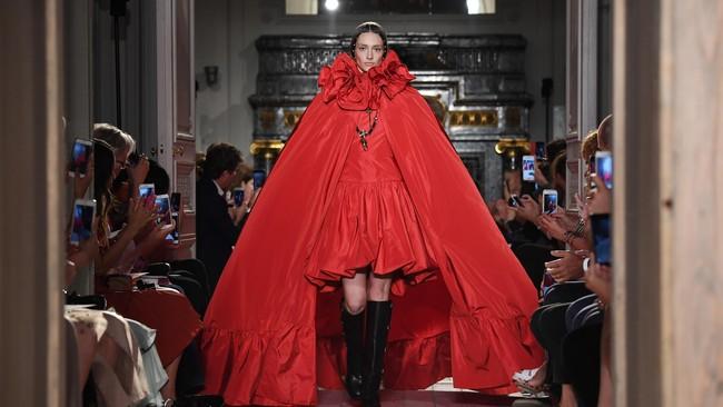 Valentino Haute Couture Fall/Winter 2016-2017 memperlihatkan koleksinya yang megah dan elegan. Dengan warna terang, gaun couture Valentino yang bersiluet cape memukau banyak orang. (Pascal Le Segretain/Getty Images).