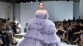 Rumah mode Valli Haute Couture juga menampilkan koleksi gaun Fall/Winter 2016-2017-nya,(4/7). Gaun strapless ini memiliki detail bertumpuk dan siluet A-line yang mewah. (Pascal Le Segretain/Getty Images)