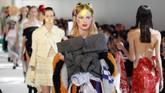 Para model berlenggok di panggung Maison Margiela Haute Couture Fall/Winter 2016-2017. Koleksi busananya diperlihatkan pada tanggal 6 Juli 2016 di panggung Paris Fashion Week (6/7) di Paris. (Thierry Chesnot/Getty Images).