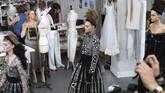 Chanel Haute Couture Fall/Winter 2016-2017 menampilkan koleksi yang didominasi dengan busana berwarna gelap. Meski demikian koleksi yang ditampilkan tangga 5 Juli 2016 ini masih menampilkan sisi elegannya yang khas. (Pascal Le Segretain/Getty Images).