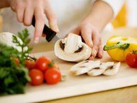 Ada orang-orang yang pergi ke dapur saat keadaan tidur dan memakan sesuatu yang ia temui. Tentunya kebiasaan ini bisa mengarah pada risiko peningkatan berat badan dan dapat membahayakan kesehatan orang apabila yang ia konsumsi sebenarnya barang yang tidak aman untuk keseharan. (Foto: iStock)
