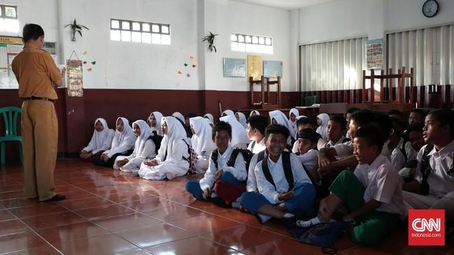 Siswa baru SMP Darul Ilmi, Limo Raya, Depok, sedang mengikuti program MPLS,Senin 18 Juli 2016. Programnya yaitu pengenalan siswa baru, pengenalan proses belajar, dan berkeliling sekolah. (CNN Indonesia/Andry Novelino)