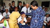 Menteri Pendayagunaan Aparatur Negara dan Reformasi Birokrasi Yuddy Chrisnandi (kanan) bersama Istrinya Velly Elvira mengantaranaknya Ayesha Fatma Nandira ke Labschool, Kebayoran, Senin (18/7). (Antara Foto/Rivan Awal Lingga)