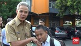 GubernurJawa TengahGanjar Pranowo bersalaman dan menyapa siswa SMP Negeri 2 Semarang, Jawa Tengah.(CNN Indonesia/Damar Sinuko)