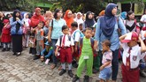 Suasana HPSdi SDN Model dan Penganjuran, Banyuwangi, Senin 18 Juli 2016. Para orangtua terlihat mengantar anak-anak mereka ke sekolah. (Detikcom/Angling Adhitya P)
