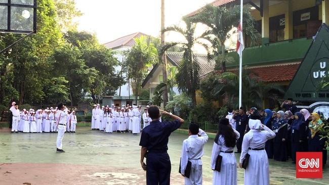 Sekolah Dasar Negeri Bangka 01 Pagi, Jakarta Selatan, menggelar upacara pengimbaran bendera merah putih dalam menyambut dimulainya hari pertama tahun pelajaran baru tahun 2016/2017 pada Senin (18/7). (CNN Indonesia/Riva Dessthania Suastha)