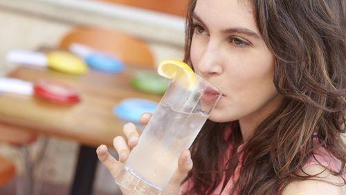 Minum Air Es Picu Penumpukan Lemak di Perut dan Bikin Gemuk?