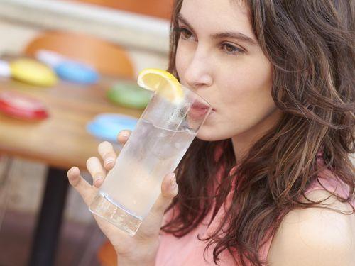 Minum Air Dingin Bahaya Bagi Usus dan Bikin Kanker, Benarkah?