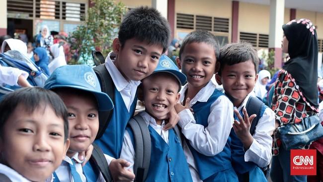 Siswa SD Darul Ilmi terlihat ceria saat masuk pada HPS,Senin 18 Juli 2016. HPS mengawali dimulainya tahun ajaran baru 2016/2017 dan hari pertama penerapan Permendikbud Nomor 18/2016 tentang Pengenalan Lingkungan Sekolah. (CNN Indonesia/Andry Novelino)