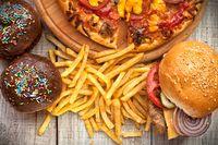 Terlalu sering mengonsumsi makanan cepat saji atau junk food adalah salah satu faktor yang dapat menyebabkan kerusakan rambut. Pasalnya makanan ini tidak mengandung iron, protein, dan zinc, sehingga nutrisi untuk rambut pun tidak tercukupi. Foto: iStock