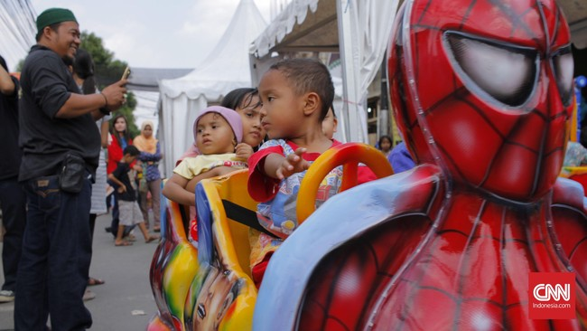 'Spider-man' membawa anak-anak berkeliling naik kereta-keretaan. Festival Condet memang ramai dijejali ribuan pengunjung. Namun festival ini tidak banyak menampilkan kekhasan Betawi maupun Condet. Padahal banyak orang merindukan Condet yang dulu, dengan segala pesonanya sebagai cagar budaya Betawi.