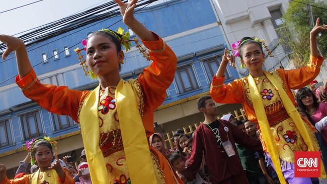Pada pagi hari, Jalan Raya Condet masih relatif sepi, sehingga memungkinkan digelar pawai budaya di Festival Condet yang menampilkan berbagai wujud kesenian, termasuk tarian Sirih Kuning. Menjelang siang, kerumuman pengunjung benar-benar padat, langkah kaki pun tersendat.