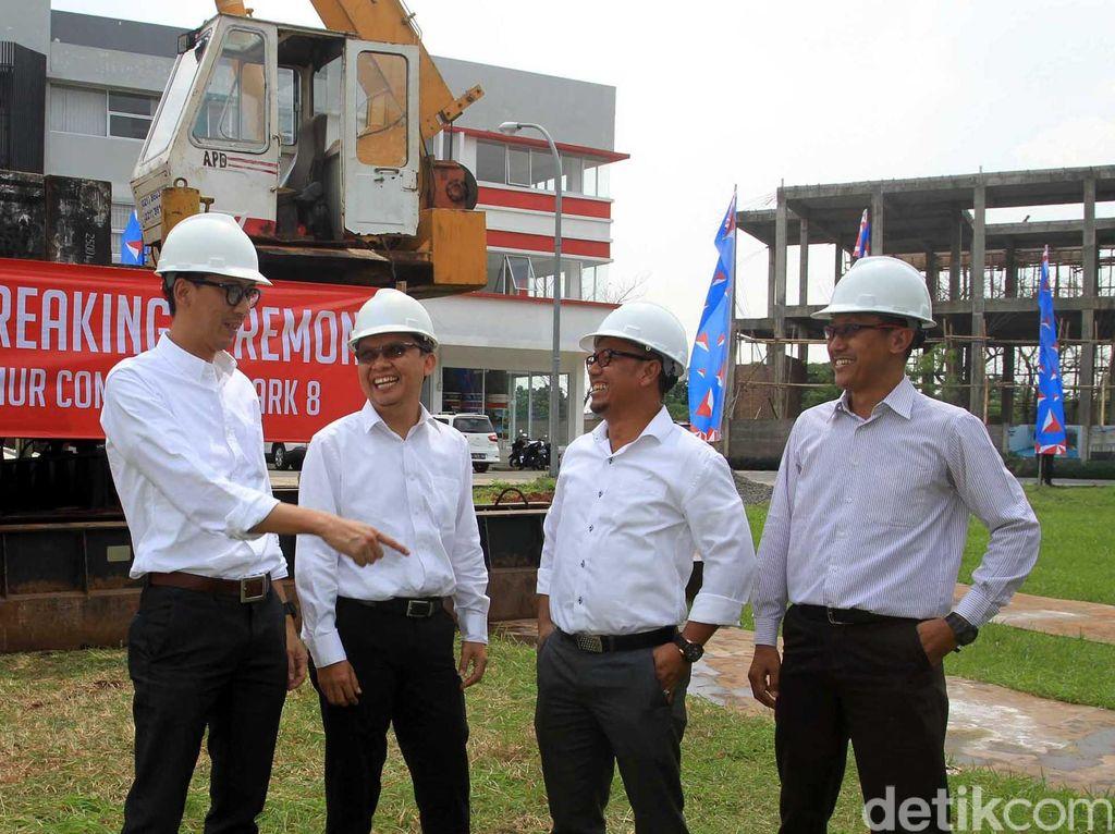(Kanan-kiri) Project Manager PT Bakrie Pangripa Loka (BPL), Herry Susanto, Chief Operation Officer BPL, Donny Wijaya, Chief Design & Construction Officer BPL, Windoko serta Promotion Division Head BPL, Erfan Bachtiar berbincang seusai Ground Breaking Sentra Timur Commercial Park 8 di Jakarta, Kamis (4/8).