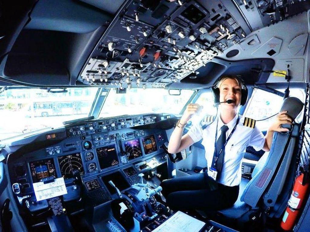 Maria yang sekarang berusia 33 tahun, menjadi pilot komersial di uasia 30 tahun. Ia secara reguler menerbangkan pesawat jenis Boeing 737 yang bisa menampung 200 penumpang. (Foto: (@PilotMaria/Instagram))