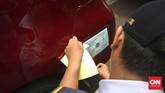 Kendaraan yang sudah lolos uji KIR akan ditempeli stiker khusus. (CNN Indonesia/Adhi Wicaksono)