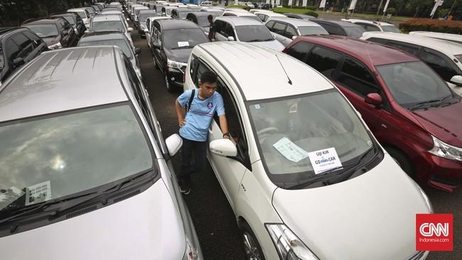 Peserta menunggu antrian saat tes uji SIM dan kir transportasi online di Jakarta, Senin 15 Agustus 2016. (CNN Indonesia/Adhi Wicaksono)