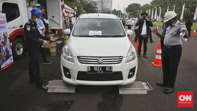 Sertifikat Uji Tipe (SUT) yang dilakukan dengan melakukan pengecekan mesin kendaraan sebagai syarat lolos uji KIR.(CNN Indonesia/Adhi Wicaksono)