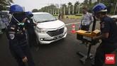 Untuk bisa beroperasi secara legal, pemerintah memberi tenggat waktu hingga Oktober 2016 bagi mitra pengemudi transportasi berbasis online untuk melakukan uji KIR. (CNN Indonesia/Adhi Wicaksono)