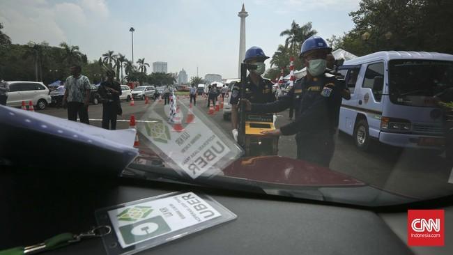 Selain uji KIR, para mitra pengemudi kabarnya diminta untuk memakai SIMA A Umum dan STNK atas nama perusahaan. (CNN Indonesia/Adhi Wicaksono)