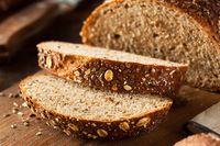 Roti gandum populer karena kandungan serat dan protein. Sayangnya, kalori dari roti gandum juga cukup tinggi, yakni 270 kalori per 100 gram. (Foto: Thinkstock)