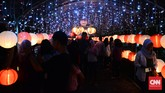 Festival Lampion ini sontak jadi daya tarik bagi warga lokal juga turis. Mereka berbondong-bondong datang melihat pendar lampion di tengah kota. (CNNIndonesia/Andika Putra)