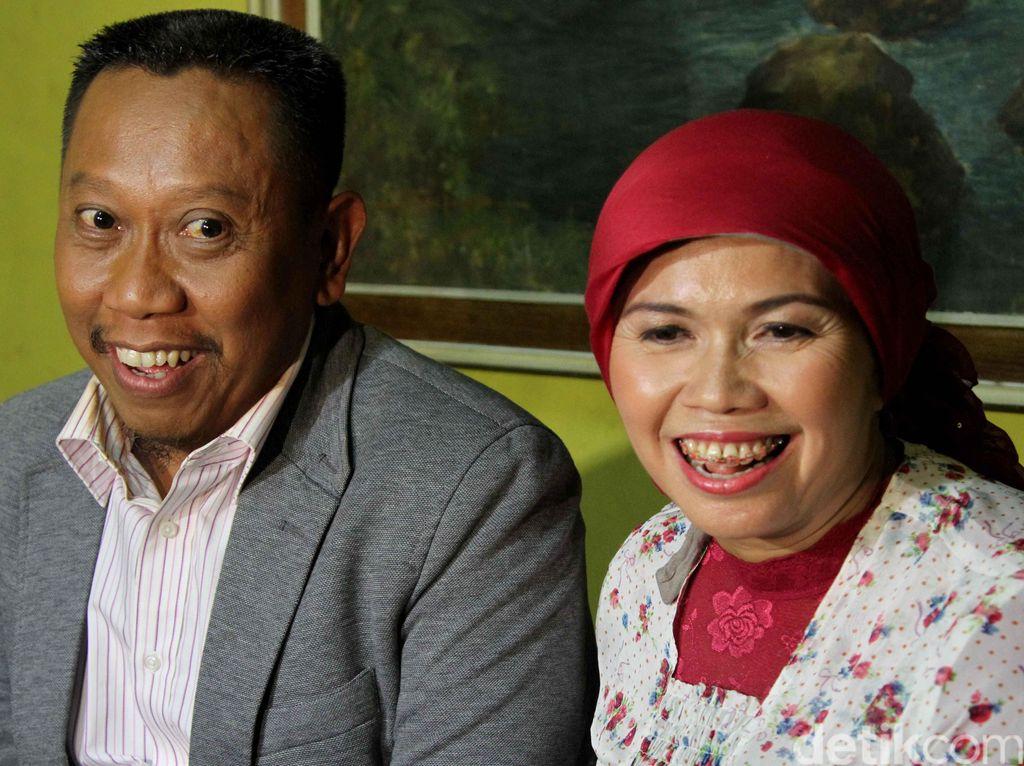 Momen kebersamaan Tukul dan Susiana yang telah menikah sejak 1995. Sepanjang 21 tahun, Susiana menemani Tukul sejak kondisi ekonominya tidak baik hingga menjadi presenter papan atas. (Dok. detikHOT)