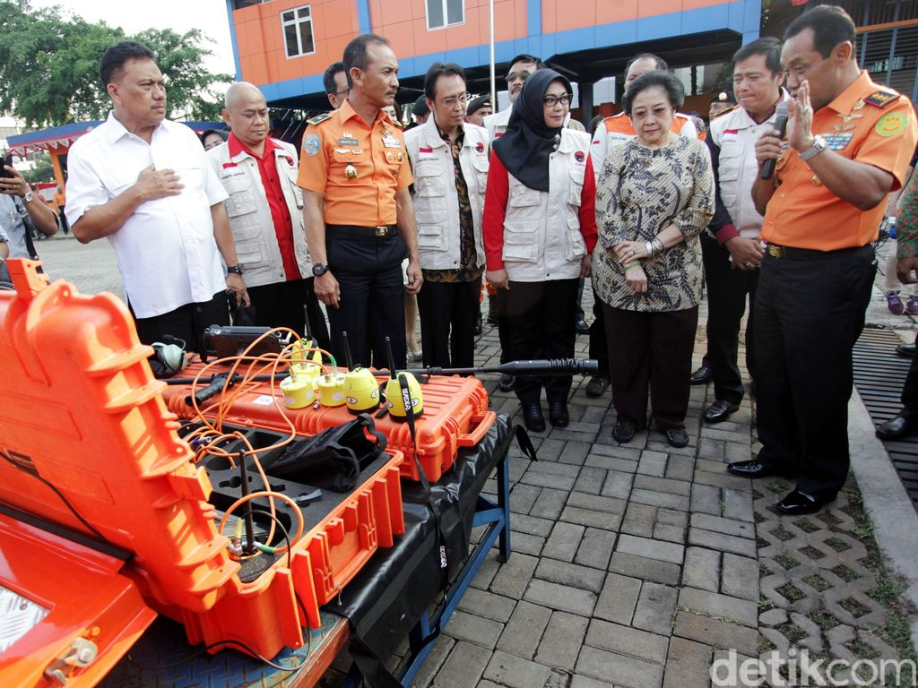 Ketum PDIP Megawati Soekarnoputri melihat-lihat peralatan SAR di Kantor Basarnas, Jakarta, Rabu (24/8/2016).