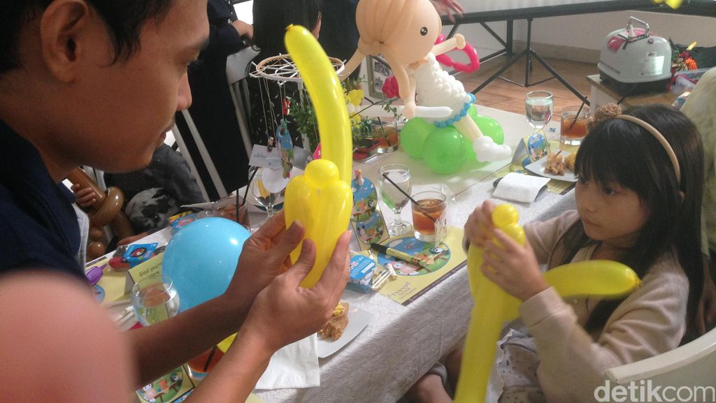 Mengintip Keseruan Anak-anak Belajar Merangkai Balon