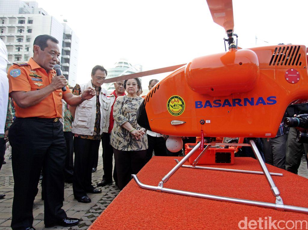 Kepala Basarnas Marsekal Madya FHB Soelistyo memberikan penjelasan kepada Ketum PDIP Megawati Soekarnoputri.