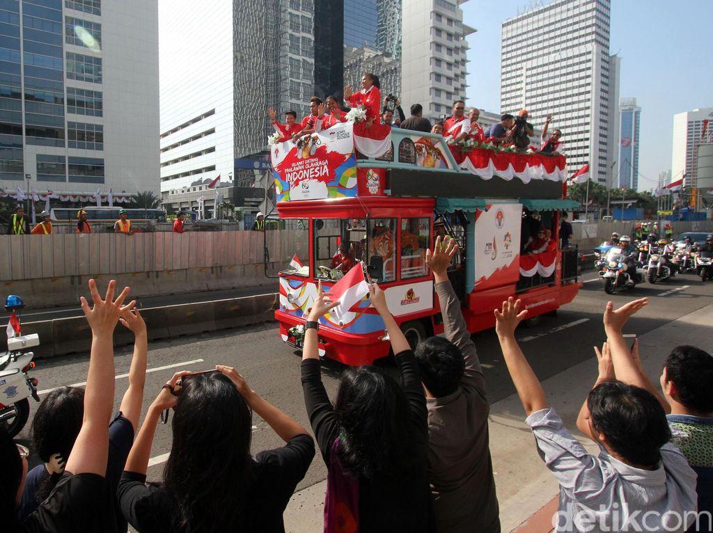 Masyarakat Jakarta tampak antusias menyambut para pahlawan Indonesia di bidang olahraga tersebut.