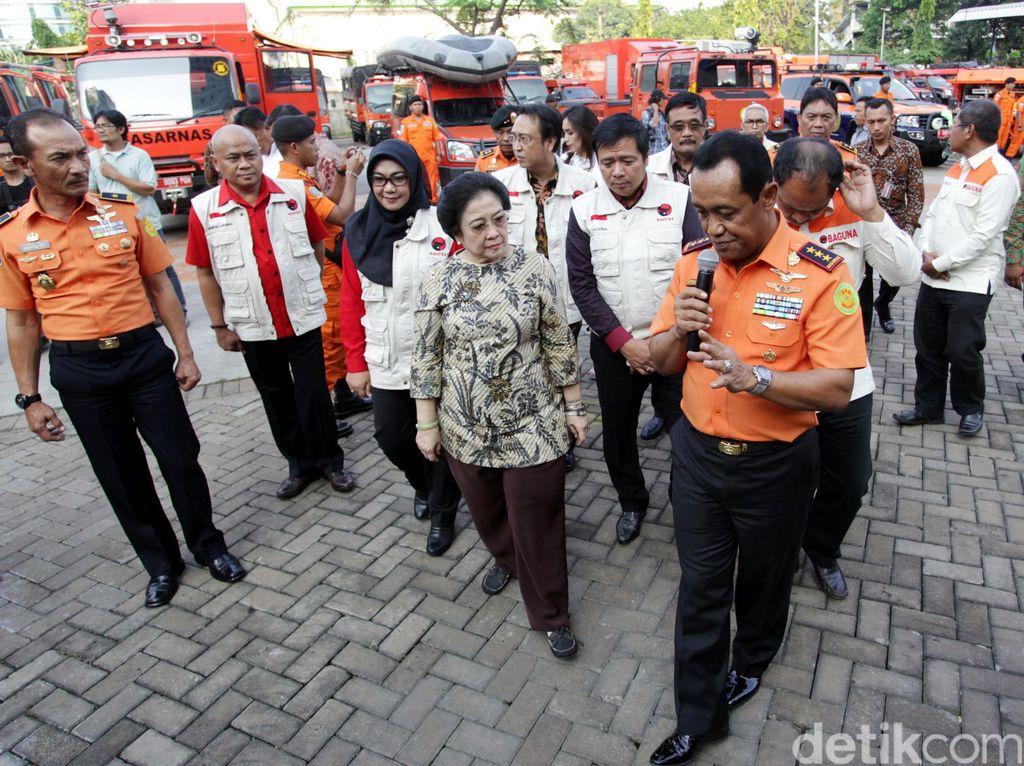 Megawati didampingi Soelistyo berkeliling untuk melihat-lihat peralatan SAR Basarnas.