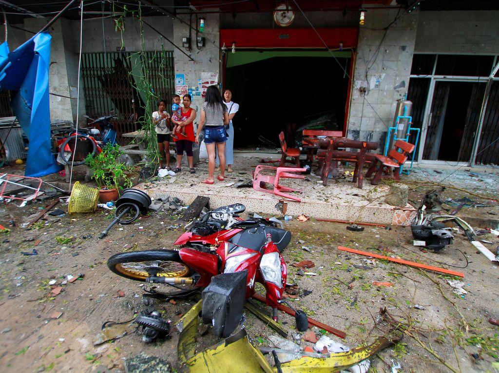 Ledakan kedua, yang berkekuatan besar dan dilaporkan berasal dari truk pikap, meledak sekitar pukul 23.00 waktu setempat. Ledakan yang terjadi di dekat pintu masuk Southern View Hotel ini, melukai 30 orang yang 17 orang di antaranya dilarikan ke rumah sakit. Surapan Boonthanom/Reuters.