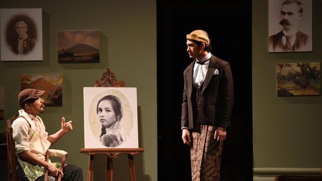 Annelies dilukis oleh seorang mantan serdadu berkaki buntung, Jean Marais. Ekspresinya tulus, cantik dan syahdu membuat Minke menamai lukisan istrinya itu dengan Bunga Penutup Abad. (ANTARA FOTO/Wahyu Putro A)